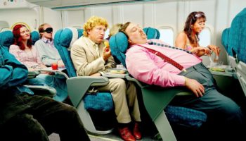 Зачем необходимо поднимать спинку кресла при взлете и посадке самолета?