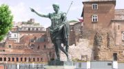 5 памятников в туристических городах, которые могут многое рассказать о своей истории