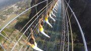 В чем секрет трескающегося стеклянного моста, на котором просто дух захватывает
